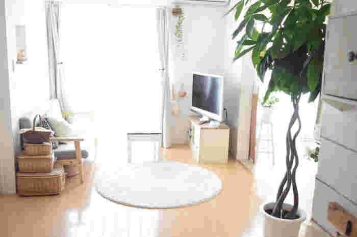 ラグやリネン、カーテンなど、ファブリック類を夏向きの素材に替えたり、家具の配置を風の通りが良いように変えてみるのもおすすめです。