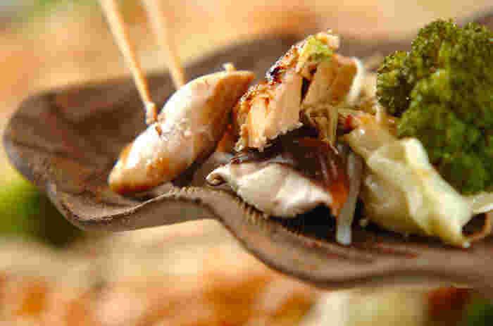 北海道名物のチャンチャン焼きもホットプレートでサクッとできるレシピ。 味噌ダレで焼いた鮭と野菜がごはんによく合います。