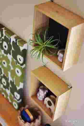 こんなボックス型の棚を使う方法も。こちらは無印の「壁に付けられる家具」という商品ですが、100均で手に入る場合もあるそうなので探してみてくださいね。こちらのブロガーさんは、子供用のスペースに飾り付けています♪