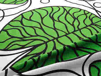 太く均一な線と鮮やかなグリーンが鮮烈な印象を与える「ボットナ」です。グリーンの他に、モノトーンのデザインもあります。大胆な柄だから、模様合わせを考えずに裁断しても大丈夫そうです。