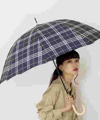 寒い季節の外出はとっても億劫。加えて、雨や雪が降っていたら、もっと外に出たくなくなりますよね。そんな気分を吹き飛ばしてくれるのが、Wpc.(ダブリュピーシー)のかわいいチェック柄の傘!上品な雰囲気漂う、細身シルエットの大人の傘です。カラーは写真のネイビーとホワイトの2色。紫外線もカットしてくれるので、春夏も使えますよ。