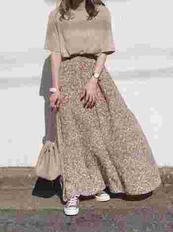 風に揺れる柔らかな花柄のフレアスカートに同系色のTシャツを合わせてカジュアルダウン。ちょうどいい甘さのある、バランスの良い着こなしに。