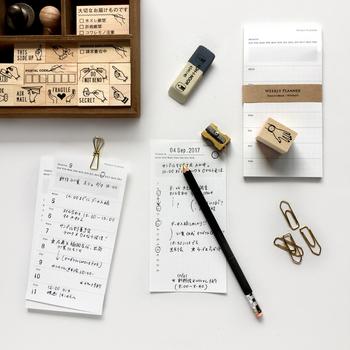1枚ずつ剥がして使えるスケジュールメモは、忙しい週だけor忙しい日だけ書きこんで手帳に挟んで使う事ができて便利です。