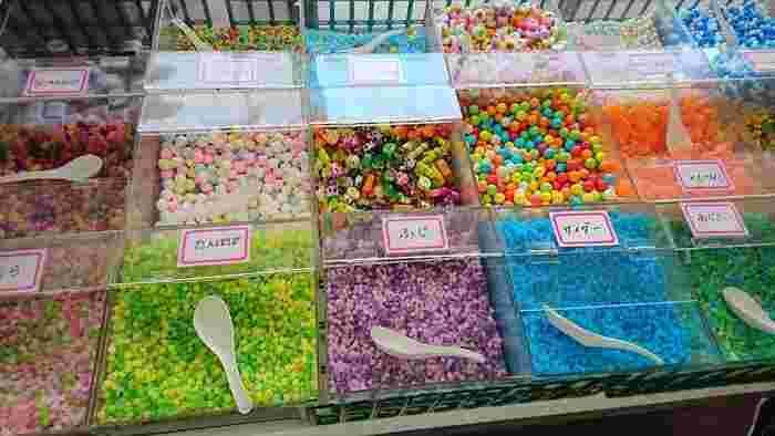 鮮やかな量り売りの飴などもある「江戸屋」。やはり駄菓子屋さんは大人も子供もワクワクする空間ですね♪