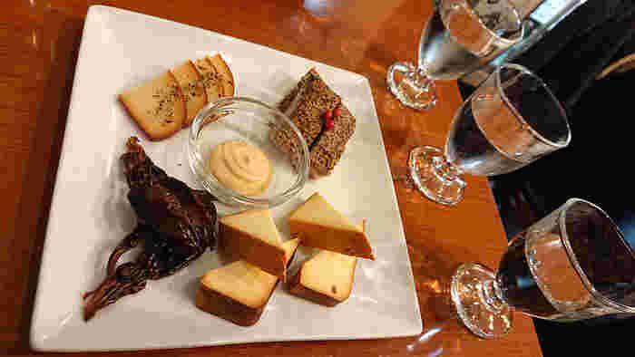 米麹のほのかな甘さが特徴の「松竹梅 澪」や、瓶の中で生きた酵母が発酵を続けている「獺祭 発泡にごり酒」など、ワイン感覚でいただけるスパークリング日本酒は、チーズやアヒージョなどにも合うんですよ。まだ飲んだことがない方は、ぜひ試してみませんか?