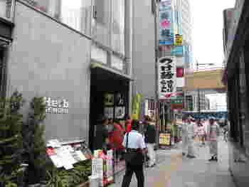 JR仙台駅の西口より徒歩4~5分の距離にある「牛たん炭焼利久」の西口本店。仙台市内はもちろんのこと、北海道から東北、関東、九州などあちこちに店舗があるので、ご存知の方も多いのでは。