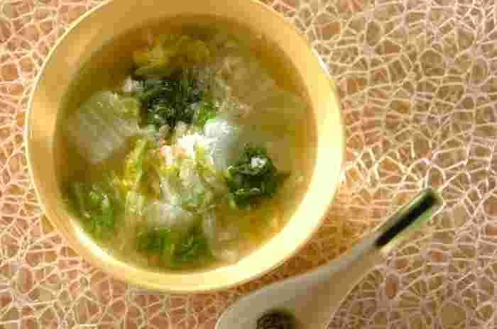 カニ缶、白菜、白ねぎ、すりおろしたショウガなどで作る中華スープ。カニの風味とアクセントのすりおろしたショウガがよく合う、やさしい味わいのスープに身も心も癒されそう。