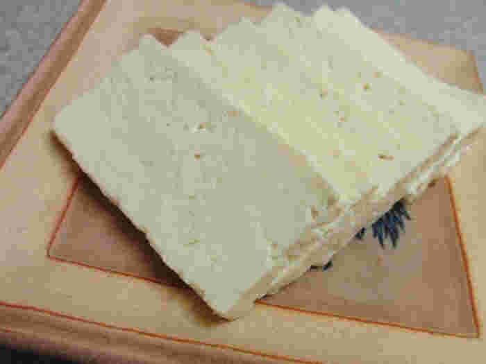 麻婆豆腐など温めても問題ない料理なら、沸騰したお湯で2~3分下茹でして水切りもできます。 また重しがない時は、豆腐に塩をかける方法が有用です。さらに水切りした上で塩をかけて一晩おけば、まるでチーズのような食感が楽しめる塩豆腐も作ることができます。興味があればチャレンジしてみましょう。