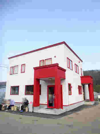 札幌市清田区の農村地帯にリニューアルした赤と白の可愛い建物が見えたら、それが、摘みたて苺のソフトクリーム屋さん『農家の茶屋 自然満喫倶楽部』です。