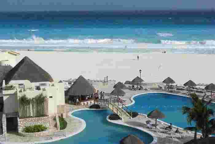 目の前に広がる真っ白な砂浜は、まさに絶景。なにもせず、ただただぼーっと眺めているだけでも心洗われますね。カンクン・ビーチにあるホテルの中には、プライベートビーチや宿泊者のみが利用可能な施設を保有しているホテルもあるので、人が少ないビーチでのんびりと過ごすのも、カンクンならではの贅沢です。