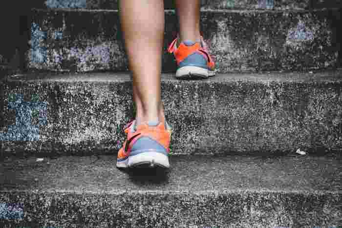 ウォーキングをする際には歩幅や速さも大切です。少し早めに歩き、普段よりも歩幅を広くするといいですよ。身体をねじりながら歩くと、シェイプアップ効果も期待できます。
