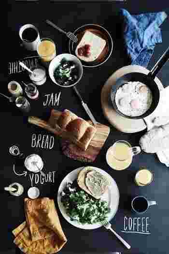 トーストと目玉焼きとコーヒー。お馴染みの朝食メニューも、お気に入りのアイテムをプラスすると、気分が変わります。何だか最近、朝ごはんを楽しみに目覚めてしまう...。きっとそれは、とっておきのアレを見つけたからかな?