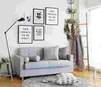 ポスターの選び方に迷ったら、あらかじめテーマやカラーを決めておくのがおすすめです。初めてポスターを飾る人は、家具やファブリックに使っている色が入ったポスターを選ぶと失敗が少ないですよ。
