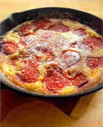 カスタード風味の生地にフルーツを入れて焼く、フランス伝統菓子のクラフィティ。こちらはたっぷりのいちごを使ったレシピです。豆乳を使っているのでヘルシーで、簡単な手順で作れますよ。