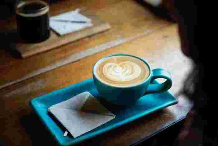 冬の午後、雪の降るような寒い日には、ミルクたっぷりのカフェラテで心と体を温めて。コーヒーのいい香りで満たされたお部屋の中で、やわらかな歌声に包まれて...降りしきる雪を眺めながらほっこり過ごしましょ。