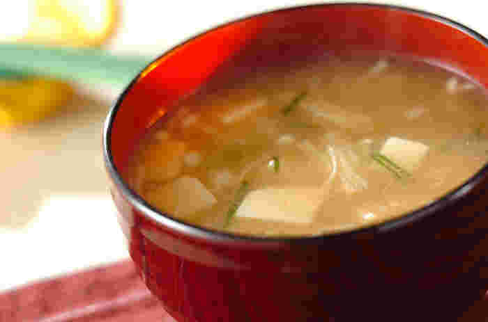 豆腐とエノキのシンプルなお味噌汁に柚子こしょうをプラス。普段のお味噌汁にも入れてもOK!柚子こしょうのぴりっとした辛さと香りが口に広がって◎。