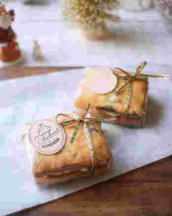 市松模様やストライプ柄のような四角い形に形成するアイスボックスクッキーは、その形状をいかして、プレゼントボックスのようなラッピングはいかがでしょうか。シールとリボンで季節感を演出すればより魅力的になります。