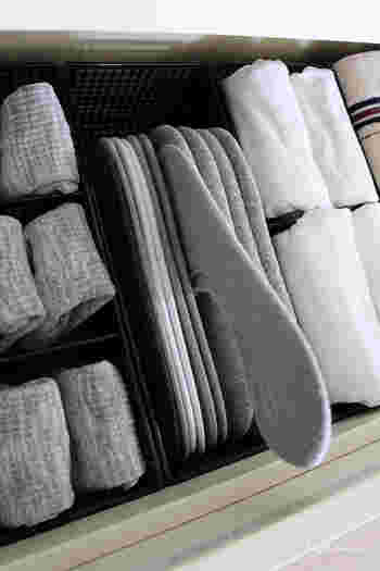 ショートソックスは二枚を重ねて売っていたときの型紙にかぶせて入れると、すっきり収納できます。