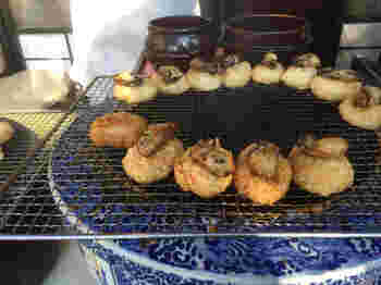 広島県産のもち米・うるち米に、瀬戸内のかきを一個のせて炭火で焼き上げた「ぺったらぽったら」。秘伝の醤油だれの香ばしい匂いに誘われる人が続出のグルメです。あなごをのせたもぺったらぽったらありますよ。