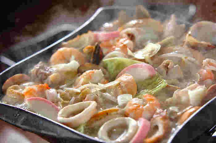 ほたて、アサリ、いか、えびが入った豪華なちゃんぽん鍋。これひとつで魚介のうま味をぎゅっと楽しむことができます。締めは中華麺にして、うま味を最後まで楽しみましょう!