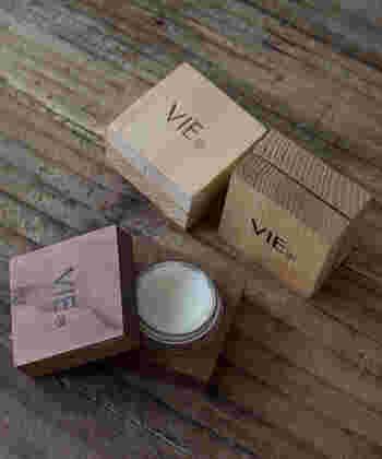 《 VIE (ヴィー)/SOLID PERFUME (ソリッドパフューム) 》 こちらは固形の練り香水ですが、シアバターを素材としているため体温で溶け、指先など乾燥が気になるところを保湿できます。アルコール不使用で肌に優しく、香りも穏やか。木製のボックス入りで持ち運びにも便利です。ウッド系、柑橘系、フローラル系の3種類の香りが用意されています。