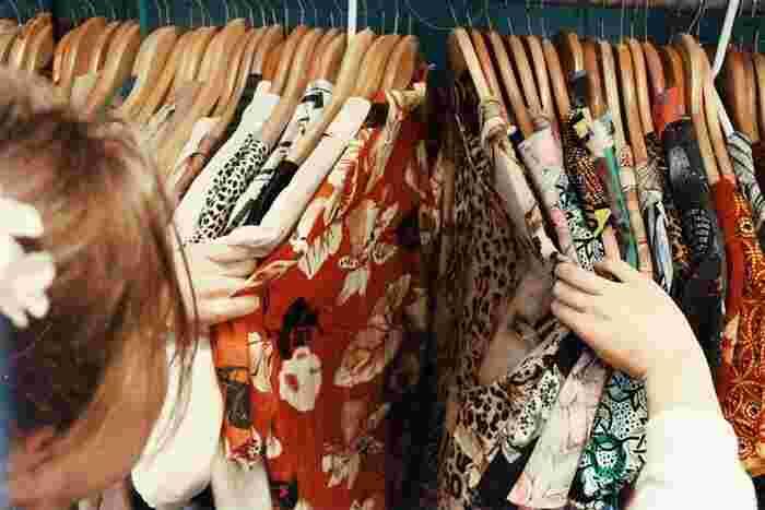 リユースは、いわゆる中古品をいいます。着なくなった服をリサイクルショップに引き取ってもらったり、ネットのリユースサイトで販売するなどが該当します。実践している人も多いのではないでしょうか。不用品が同じ用途で流通し、この点が用途を変えるアップサイクルとの違いです。