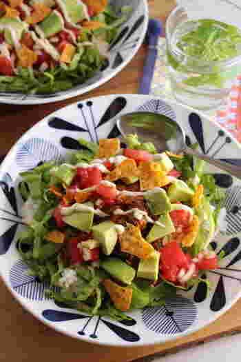 サバ缶を使って作るお手軽タコライス。アボカドやトマトなど野菜たっぷりでバランスGood!材料を大きめにカットすることで食べ応えも満点です。