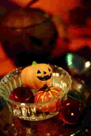 ガラスの中にかぼちゃとりんご、そしてジャック・オー・ランタンを合わせています。表情のあるかぼちゃを上に乗せることで、ぱっと視線を集めることができますね。