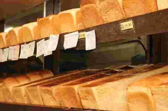 いつ行っても、こだわりの食パンがずらり。  お好みのサイズにスライスしてもらって、特別な日の朝ごはんにしたいもの。