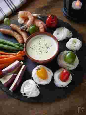 チーズフォンデュに素麺!一見すると、異色の組み合わせにも見えますが、とろーりチーズを絡めて頂く素麺は、新感覚な美味しさです。ユニークなアレンジはパーティーシーンにもぴったり!