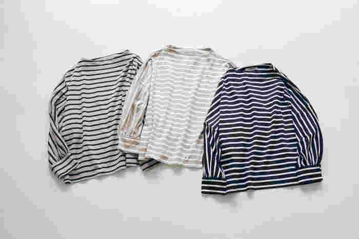 大人の女性に着て欲しい、上質な超長綿のペルーコットンを使用したなめらかで光沢のあるボーダートップス。カラーバリエーションは、左からベージュ×黒、モカ×白、黒×白の3色展開で、どれもボトムスを問わず着られるベーシックなアイテムです。