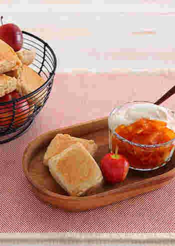 フライパンに砂糖・水を加え中火にかけキャラメル色になったら、りんごを加え煮るジャムです。キャラメルの風味がリンゴの味を引き立てます。