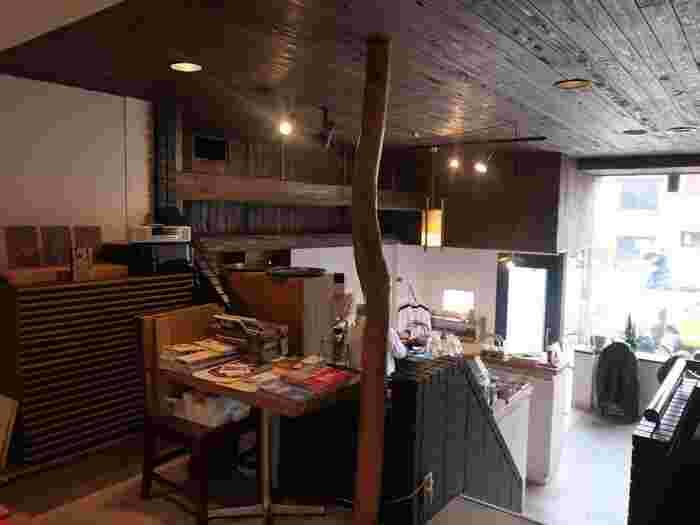 お店は、1階と中2階、2階の3層になっていて、こちらは中2階からの眺め。木を多く使った店内は、静かで落ち着いていて、コーヒーを飲みながらゆったりと過ごせます。