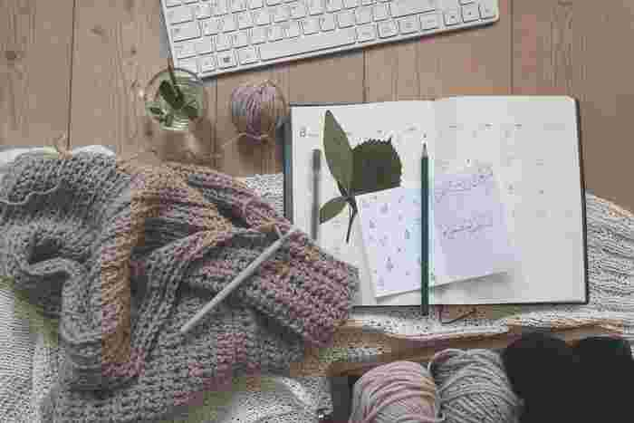 基本となる編み方をいくつか学習しておけば、初心者さんでも簡単にいろいろなものを作っていくことができます。二本の編み棒を使って編んでいくものよりも目の拾い方も難しくないので、慣れるとすいすい作業していくことができるようになりますよ。早速、かぎ針編みの基本やおすすめの本、素敵な作品集などをご紹介していきましょう。
