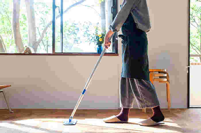 雑誌や衣類など様々なもので溢れた寝室では、ゆっくりと休息できませんよね。風水の基本となるのは「掃除」と「片付け」です。まずはお部屋の中を整理・整頓したり、モップがけをして床を綺麗にすることから始めてみませんか?
