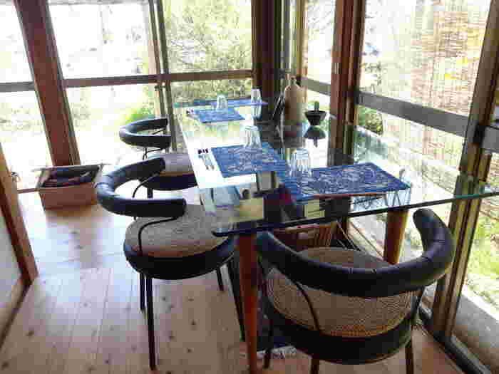 内装もどこか懐かしいような、家庭的な雰囲気。畳でくつろげるお座敷席もあります。