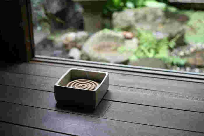 昔ながらの和の風情を演出してくれるのが、東屋の陶器の蚊遣り。香炉のように中に灰を敷き、その上に蚊取り線香を直接置いて使用します。灰と蚊取り線香もあらかじめ封入されて届くので、すぐに使い始められますよ。