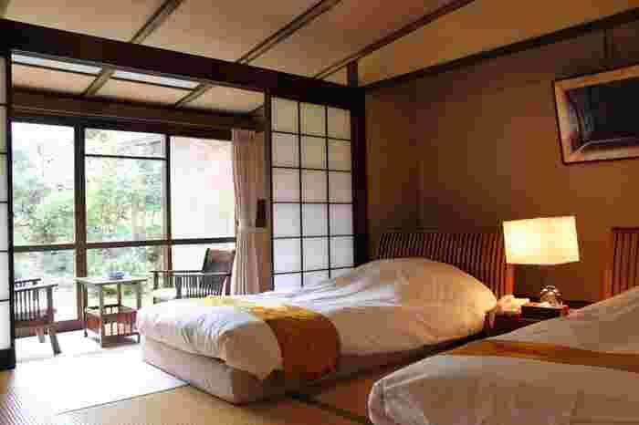 菊屋は、あの夏目漱石が宿泊したことでも有名。今から約100年前、休養のために修善寺を訪れた際に宿泊したのが菊屋だったそうです。そんな漱石が宿泊した部屋は和風モダンを感じさせ、ゆっくりとくつろぎながら中庭の美しい景色を見ることができる最高の空間です。