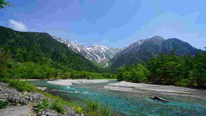 日本で三番目の標高を誇る穂高岳(標高3190メートル)、童話『アルプス一万尺』の歌詞にも登場する槍ヶ岳(標高3180メートル)への登山基地にもなっている長野県の上高地は、北アルプス南部をとうとうと流れる梓川上流域に位置する景勝地です。