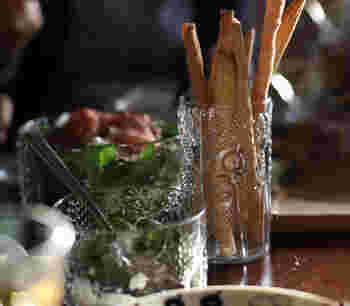タンブラーはドリンクをいれるだけでなく、こんな使い方もできます。グリッシーニをここからちょっとつまむのもいいし、スティック野菜を入れるのにも重宝するそうですよ。