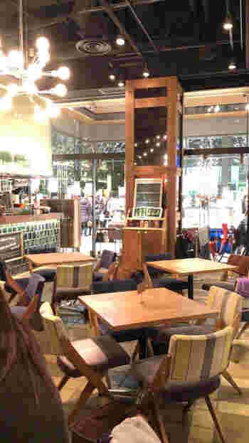 """東京駅から歩いて2~3分、丸ビル1階の「Marunouchi cafe (マルノウチ カフェ)」は、""""働く、遊ぶ、学ぶ""""がコンセプトのカフェ。wi-fiや電源、タブレット端末の無料貸出もあり、カフェでお仕事をする方にも人気です。"""