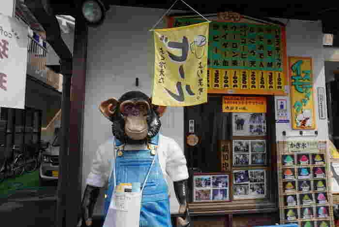 菓子屋横丁南側入り口にある「浜ちゃん」。お猿さんが目印の、ワンコイン芋スティックが人気のお店です。