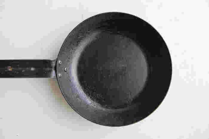 ほとんどの製品は購入したときがもっとも美しく、だんだんと劣化していくもの。けれど、鉄のフライパンやお鍋は例外。使い込むことで傷や汚れも風合いとなり、使うたびに味わいが深まります。長年愛していけるものをお探しの方におすすめの、鉄のフライパンとお鍋をご紹介します。