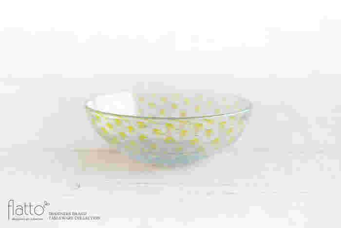透明感のあるガラス素材の小鉢は、爽やかな春夏シーズンにぴったりのアイテムです。淡い黄色のドット柄が美しい「粒粒小鉢」は、愛知県を拠点に活躍されているガラス作家・吉村 桂子(よしむら けいこ)さんの作品です。直径13.5cmの小鉢は副菜はもちろんのこと、ヨーグルトやフルーツなどのデザート用にもちょうど良い大きさ。和洋問わず様々なお料理に使用できるので、幅広いシーンで活躍してくれそうです。
