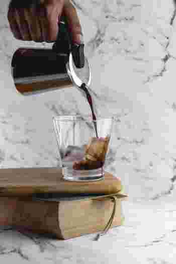 """淹れたてのコーヒーを急速に冷やすには、""""氷""""を使うのが手軽で簡単。  通常の濃度では、氷が溶ける分コーヒーの味が薄まってしまうので、アイスコーヒーを淹れる時はあらかじめ薄まることを想定して""""濃いコーヒー""""を淹れる必要があります。一般的に淹れる濃度は、ホットコーヒーの倍程度の濃さです。用いるコーヒー粉の分量を増量して濃度を出します。"""