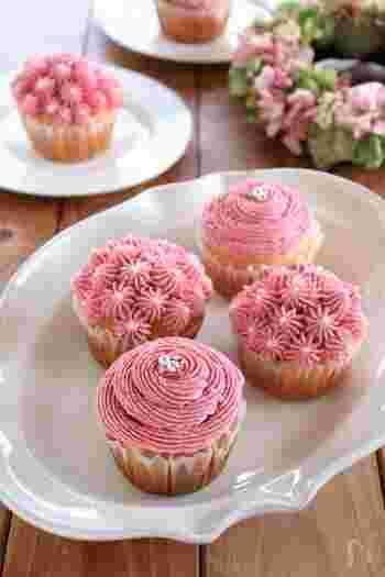 ラズベリーパウダーを入れたバタークリームをお花のように搾ると、ピンクのお花のようなカップケーキに。絞り口の形を変えると、いろんな雰囲気のデコレーションが楽しめます。