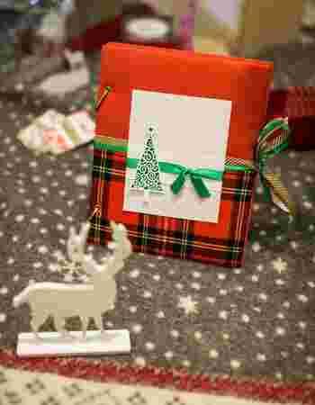 Photo on [VisualHunt](https://visualhunt.com/re4/d385078b)  ゴールド、レッド、グリーンの定番クリスマスカラーに、大人も子どももキュンとするタータンチェックを組み合わせたラッピングアイデア。