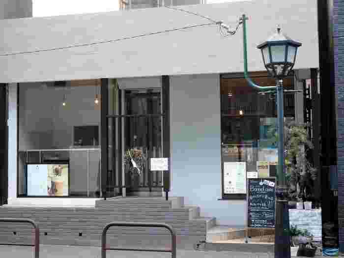 チョコレート激戦区になりつつある鎌倉西口。こちらのボンヌカフェもまさに鎌倉駅西口にあります。鎌倉駅西口から市役所方面に向かってすぐのところに位置しています。