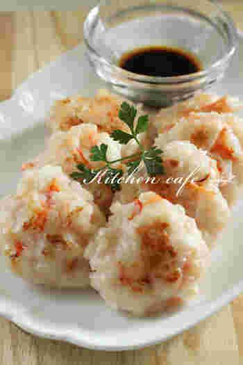 海老のプリプリの食感とはんぺんのフワフワ感がたまらない!簡単にできて美味しいおかずです。酢醤油でさっぱりと頂くのがオススメ。