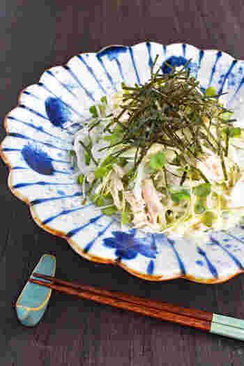 フレッシュなお野菜をたっぷりとアレンジした和風のサラダには仕上げに細切りにしたのりを散らすと、見栄えがぐっと良くなります。